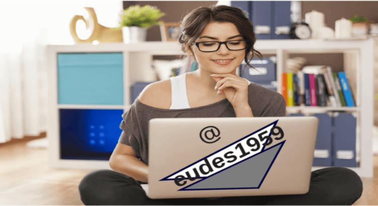 Como vender mais de forma automática - Moça trabalhando no computador com alegria
