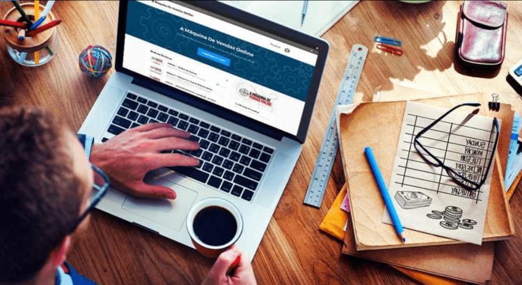 Marketing digital com ferramentas simples - Rapaz trabalhando no notebook