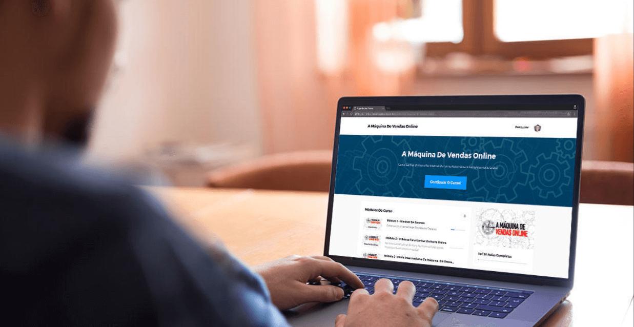 Conheça o método como trabalhar e ganhar dinheiro na internet - Imagem de computador com o nome a máquina de vendas online