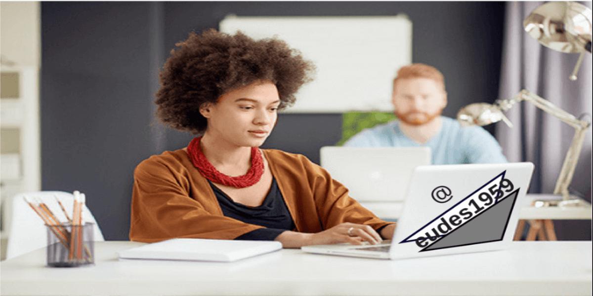 Como ganhar dinheiro trabalhando pela internet - Moça fazendo trabalhos no notebook