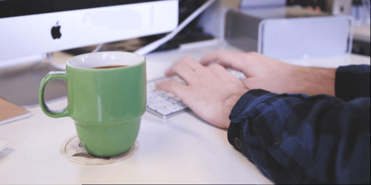 Funil de vendas trabalhando com marketing digital - Funcionário trabalha ao computador